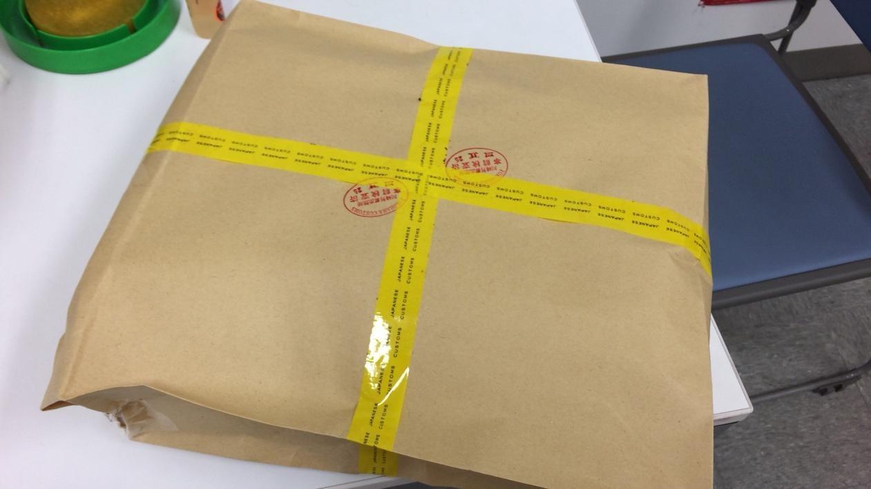 税関のテープで十文字にテーピングで封された商品