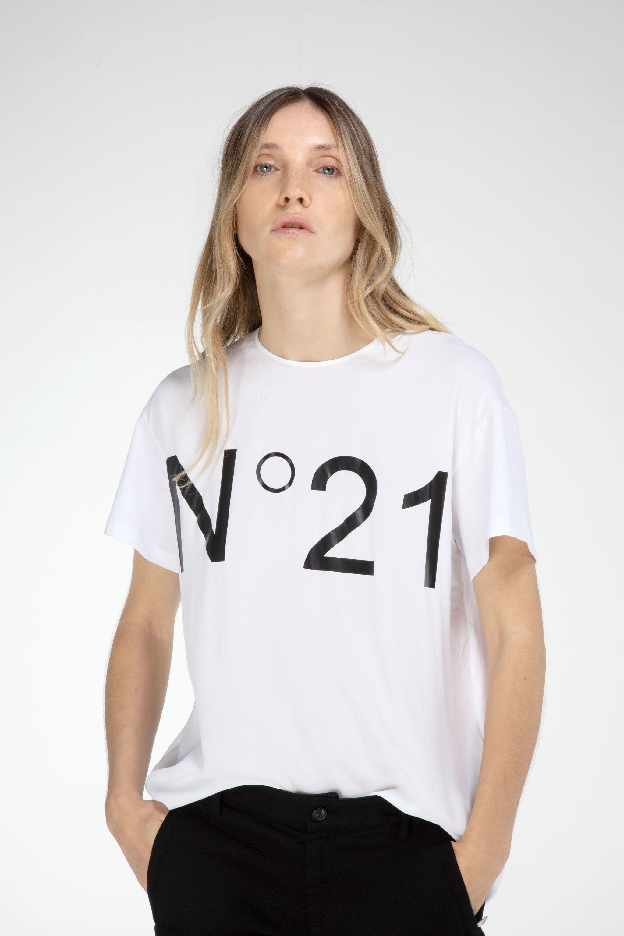 no21-logo-print-t-shirt_11830548_15933265_2048