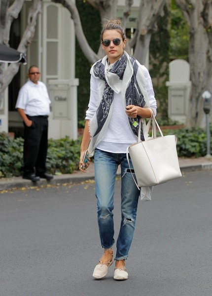 Alessandra+Ambrosio+Jeans+Ripped+Jeans+YI8F2zptUAhl